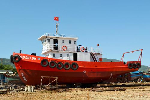 Tàu Bảo Duy 09 còn đóng vai trò là tàu dịch vụ hậu cần nghề cá, vận chuyển dầu, nhu yếu phẩm ra biển tiếp tế cho tàu cá, giúp ngư dân kéo dài chuyến đánh bắt.