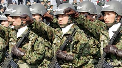 'Đánh hội đồng', Nhật Bản không ngán!