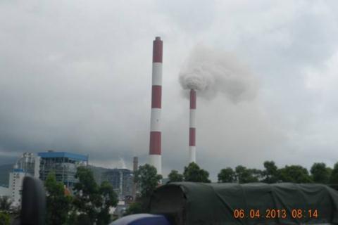Khói từ ống của nhà máy nhiệt điện Phả Lại xả ra làm nguy hại tới môi trường
