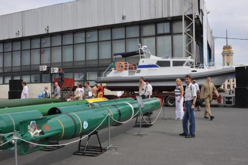 Một chuyên gia về ngư lôi Nga cho biết, từ thời kỳ Liên Xô nước này đã cung cấp lượng lớn ngư lôi hiện đại và công nghệ sản xuất ngư lôi cho Trung Quốc. Cụ thể, việc xuất khẩu ngư lôi Liên Xô bắt đầu từ giữa những năm 1950 chủ yếu cho các nước đồng minh và thân cận như Trung Quốc, Indonesia, Ai Cập, Syria, Bắc Triều Tiên. (Trong ảnh: Ngư lôi TEST-71)