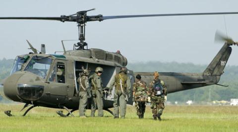 Trực thăng chuyển quân Huey của Nhật Bản