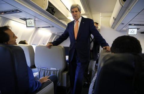 goại trưởng Mỹ John Kerry tiếp xúc với giới truyền thông trên chuyến bay tới Trung Quốc hôm 7/7