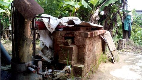 Phần lò đốt của chiếc máy bị tháo dỡ và để rêu mốc ngoài vườn