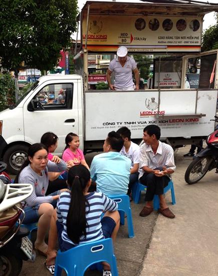 Để có thể bán xúc xích được nhiều nơi Sài Gòn, anh Klaus trang bị một chiếc xe bán tải. Mỗi buổi chiều, chiếc xe này sẽ đậu trên đường Phan Xích Long, quận Phú Nhuận để bán. Mọi công đoạn sơ chế, nướng xúc xích và cả bán hàng, thu tiền... đều được thực hiện trên xe. Ảnh: NVCC.
