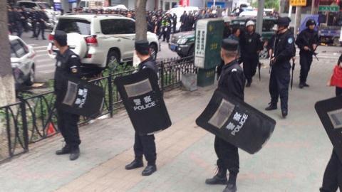 Cảnh sát Trung Quốc đứng canh gác ở thủ phủ Urumqi của Tân Cương