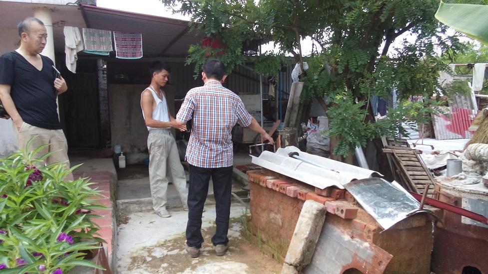 Tuy nhiên, không được sự ủng hộ của chính quyền sở tại, ông Kiên đã quyết định tháo dỡ toàn bộ chiếc lò và rải quanh nhà mình mỗi nơi vài bộ phận.