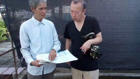 Ông Bùi Khắc Kiên lý giải cho vị giám đốc người Nhật về công nghệ của mình ngay trên nóc nhà khi họ vừa kiểm tra các thiết bị mà ông Kiên để tại đây.