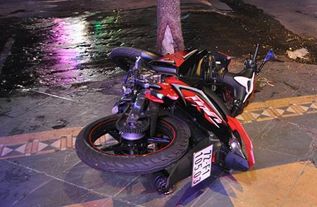 Xe máy của nạn nhân nằm trên lề đường