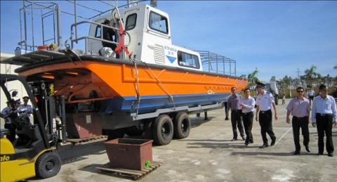 Cảnh sát biển tiếp nhận xuồng tuần tra cao tốc mới