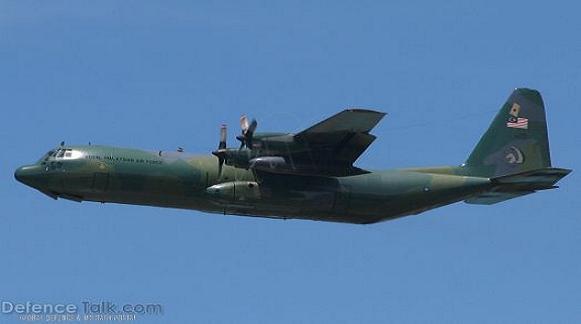 Tư lệnh lực lượng vũ trang Malaysia, Tướng Sri Mohd Zin Zulkefli, cho biết, tối 18/7, Nhóm Điều tra và Quản lý hậu thảm họa MH-17 đã rời Sân bay Quốc tế Kuala Lumpur (KLIA) đến Kiev. (ảnh máy bay C-130 Malaysia)