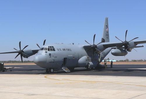 Máy bay C-130 Hercules là một máy bay vận tải bốn động cơ tuốc bin cánh quạt, và là loại máy bay không vận chiến lược của nhiều quốc gia trên thế giới, nó có hơn 40 kiểu và biến thể đã hoạt động ở trên 50 quốc gia. (ảnh máy bay C-130 của Mỹ)