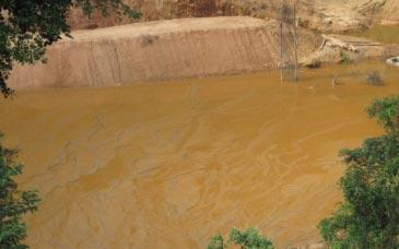 Hiện trường vụ vỡ đập chứa bùn đỏ