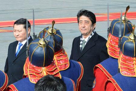 Thủ tướng Nhật Bản Shinzo Abe (phải) và người đồng cấp Mông Cổ Altankhuyag Norov tại Ulan Bator.