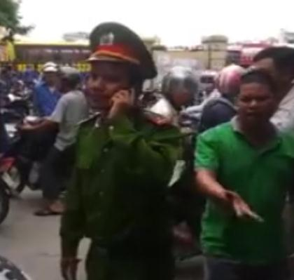Trên một số diễn đàn dành cho dân chơi ô tô đang lan truyền một đoạn clip dài hơn 12 phút, ghi lại hình ảnh tài xế xe con đang bị một chiến sĩ Công an phường chặn đầu xe bắt lỗi vi phạm gây xôn xao.