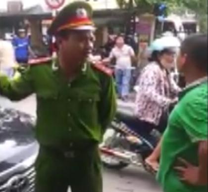 Theo thông tin chia sẻ cùng với những hình ảnh xuất hiện trong clip thì sự việc gây náo loạn đường phố, xôn xao mạng này xảy ra tại khu vực gần bến xe Giáp Bát (Giải Phóng, Hà Nội) hôm 20/7 vừa qua.