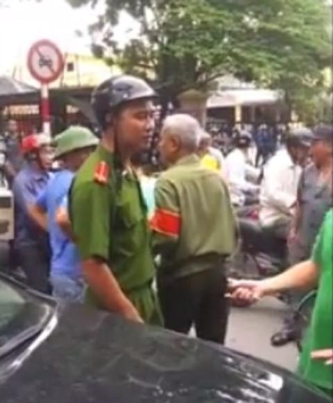 Mặc cho những lời yêu cầu của tài xế, chiến sĩ Công an vẫn đứng cầm gậy điều tiết giao thông và cười mỉm, rồi liên tục gọi điện thoại cho đồng đội đến hỗ trợ. Một lúc sau, một chiến sĩ Công an tên Nguyễn Văn Lưu đã có mặt cùng đồng đội giải quyết sự việc.