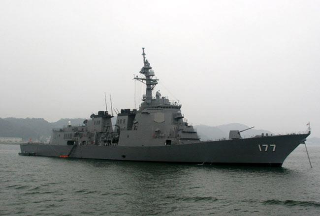 Theo các chuyên gia quân sự, để đối phó với các mối đe doạ tên lửa từ Triều Tiên và Trung Quốc phải sử dụng ít nhất là 2 tàu. Nhưng do tháng 4 vừa qua, 2 trong tổng số 6 tàu Aegis hiện có đã bước vào quá trình đại tu dài hạn nên hiện nay Hải quân Nhật chỉ còn trong 4 tàu để sử dụng. (Trong ảnh: Khu trục hạm lớp Kongo)