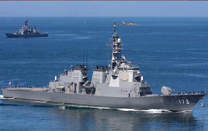 Theo nguồn tin trên, Bộ Quốc phòng Nhật Bản sẽ đưa ngân sách liên quan chế tạo tàu khu trục Aegis vào ngân sách. Theo đó, nội các của ông Shinzo Abe hy vọng vào các năm 2015 và 2016 lần lượt ký kết hợp đồng mua sắm 2 tàu khu trục Aegis, đồng thời hoàn thành triển khai vào năm tài khóa 2020, khi đó, tàu Aegis của Nhật Bản sẽ từ 6 chiếc hiện nay tăng lên 8 chiếc. (Trong ảnh: Khu trục hạm lớp Kongo)