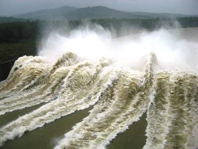 Hồ thủy điện sông Ba hạ xả lũ với cường độ lớn gây ngập lụt cho vùng hạ du