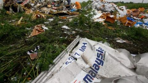 Mảnh vỡ máy bay Malaysia cùng những tư trang của hành khách nằm la liệt ở vùng chiến sự ở Donetsk, miền đông Ukraine.