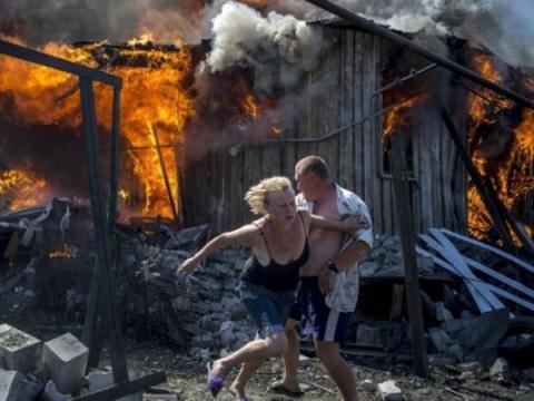 Một quả bom thiêu rụi ngôi nhà ở miền Đông Ukraine.