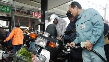 Tình trạng tăng giá nhanh, chần chừ giảm là việc dễ thấy trong việc điều hành giá xăng dầu tại Việt Nam