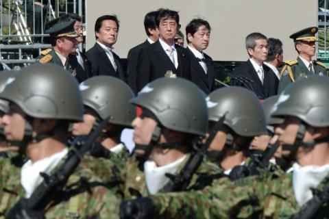 Thủ tướng Nhật Bản Shinzo Abe trong một cuộc diễu binh của quân đội