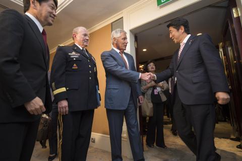 Cái bắt tay hợp tác quân sự giữa Thủ tướng Nhật Bản và Bộ trưởng Quốc phòng Mỹ Chuck Hagel