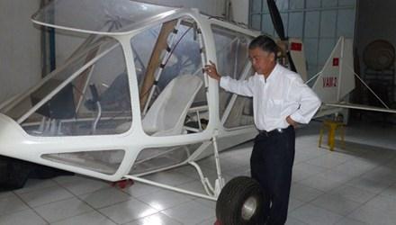 Ông Vimar Nguyễn bên chiếc máy bay VAM 2 nằm trong kho chứa. (Ảnh TPO)