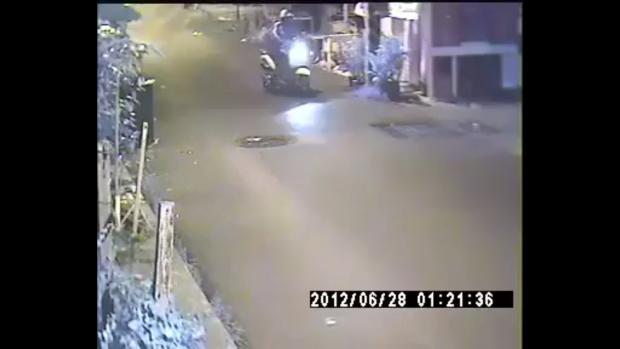 Tên cướp chạy vòng quanh con đường để xem xét tình hình