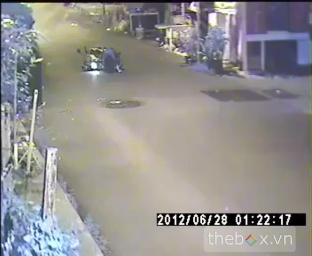 Nạn nhân sau khi bị tên cướp ra tay đã té xuống giữa đường