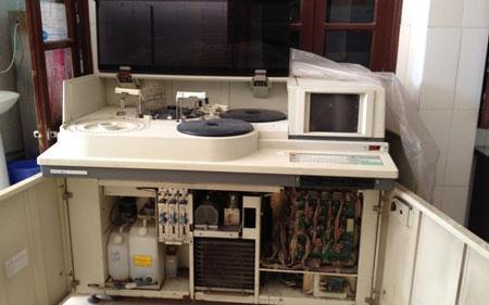 Chiếc máy xét nghiệm sinh hóa Hitachi 717 của BV Thường Tín vừa bị Sở Y tế HN tịch thu