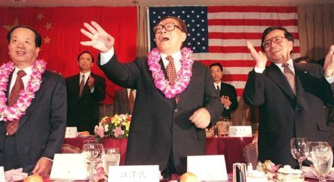 Giang Trạch Dân với Ngoại trưởng Tiền Kỳ Tham (trái) và Tăng Khánh Hồng (phải)