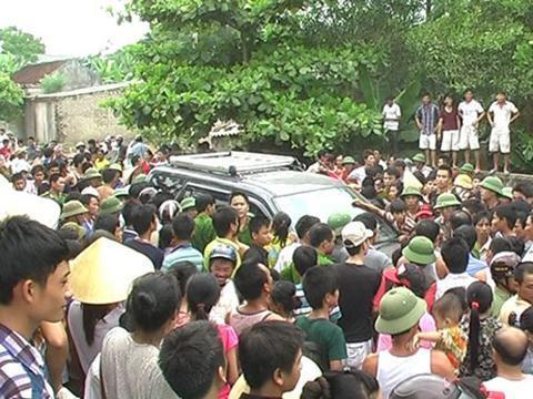 Hàng ngàn người vây không cho cơ quan chức năng đưa 2