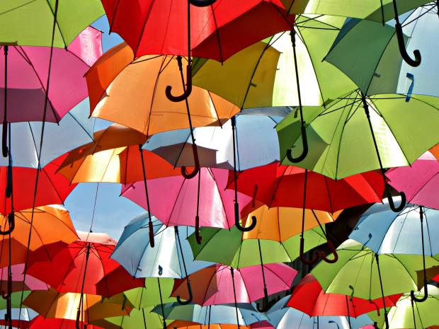 http://st.baodatviet.vn/staticFile/Subject/2014/08/13/54941/colorful-umbrella-installation-agueda-portugal-patricia-almeida-gessato-gblog-3_1_13934107.jpg
