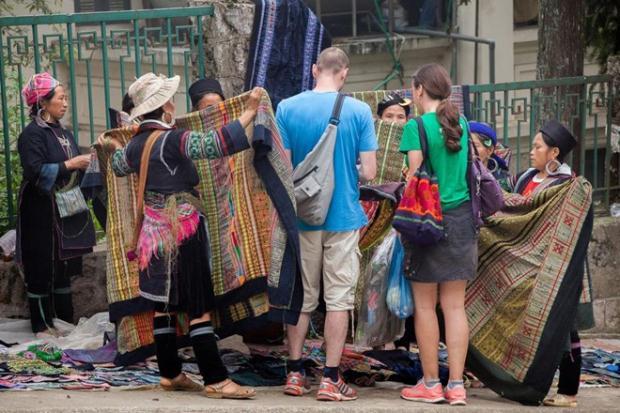 Khách du lịch luôn cảm thấy thú vị mỗi khi tới Sa Pa. Ảnh: Al Jazeera