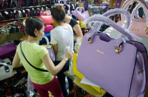 Hàng Trung Quốc chiếm số lượng lớn tại chợ Đồng Xuân do mẫu mã đẹp, giá phải chăng, doanh nghiệp Trung Quốc còn tiếp thị tận tay tiểu thương, không đặt điều kiện số lượng.