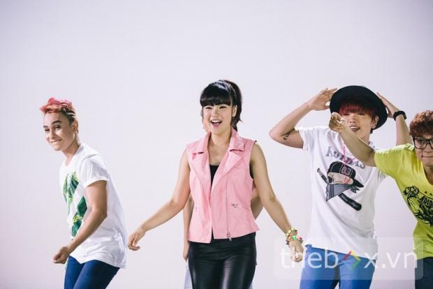 Tiết lộ ảnh hậu trường MV đáng yêu của Hoàng Yến Chibi