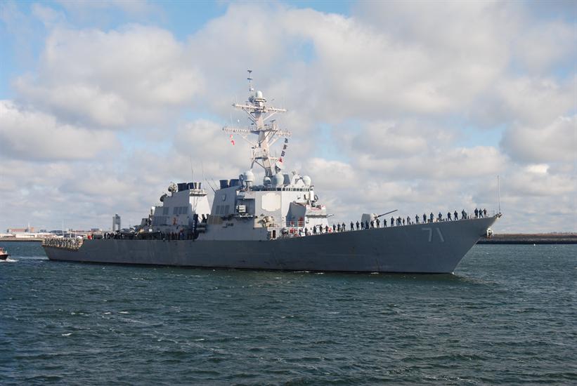 Theo thông tin từ Hải quân Mỹ, tàu khu trục USS Ross sở hữu khả năng công/thủ toàn diện nhất của Hải quân Mỹ hiện nay. Về hỏa lực, USS Ross được trang bị 1 pháo hạm 127mm, tầm bắn tối đa khoảng 27km, có thể bắn từ 15-20 viên/phút trong chế độ bắn tự động. Cơ số đạn pháo mang theo khoảng 680 viên.