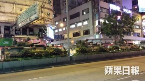 Xe bọc thép PLA di chuển trên đường Jordan, bán đảo Cửu Long hôm 28/8. Ảnh: Apple Daily