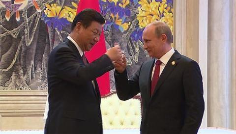 Ông Putin và ông Tập Cận Bình uống mừng thỏa thuận khí đốt mới đạt được tháng 6 vừa qua