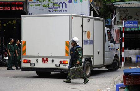 Máy móc dò bom mìn được mang tới hiện trường