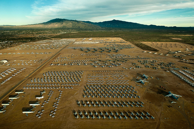 """Căn cứ không quân Davis-Monthan là một """"nghĩa trang máy bay"""" rất lớn của Mỹ, là nơi tập kết và bảo quản hàng nghìn máy bay chiến đấu, máy bay trực thăng """"về hưu"""" của Bộ quốc phòng Mỹ, lực lượng bảo vệ bờ biển, Cục hàng không vũ trụ, lực lượng vệ binh quốc gia và 1 số lực lượng khác."""