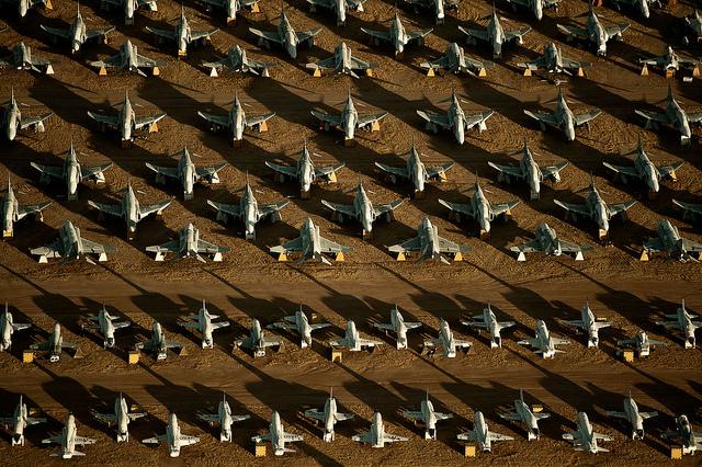 Nghĩa địa này được đặt ở Căn cứ Không quân Davis-Monthan, ở khu vực Tucson - Arizona, biểu thị sức mạnh của siêu cường hàng đầu thế giới, đặc biệt là về lĩnh vực hàng không. (Ảnh: Hàng trăm chiếc tiêm kích F-4 Phantom II và máy bay huấn luyện siêu âm T-38 Talon)