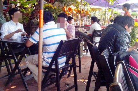 Không khó để nhận ra các công chức rảnh rỗi, ăn bớt giờ làm đi uống cafe
