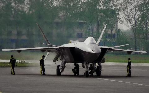 Tiêm kích J-20 của Trung Quốc được cho là có nhiều chi tiết giống với thiết kế F-22 của Mỹ, nhưng chưa đủ cơ sở để khẳng định Trung Quốc có ăn cắp công nghệ Mỹ và áp dụng vào J-20 hay không