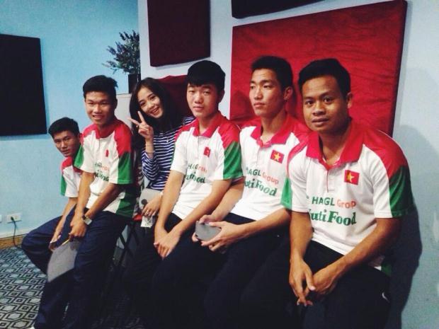Gây 'bão' mạng vì được chụp hình với U19 Việt Nam