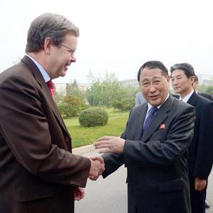 Ông Kang Sok Ju (phải), bắt tay đại sứ Đức ở Triều Tiên Thomas Schaefer tại sân bay Bình Nhưỡng, trước khi sang thăm Bỉ, Thụy Sĩ, Đức và Ý