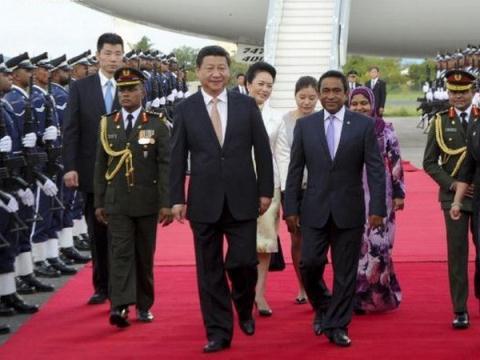 Chủ tịch Trung Quốc Tập Cận Bình và Tổng thống Maldives Abdulla Yameen tại lễ đón.