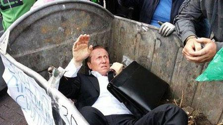 Kiev cậy EU, nghị sĩ Ukraine vào... thùng rác